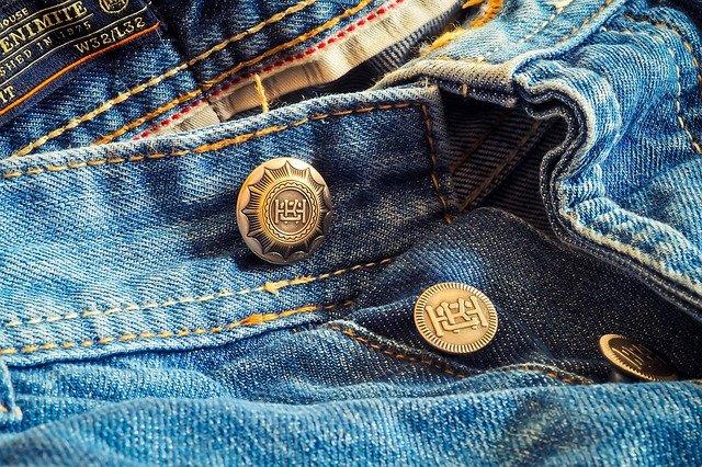 džíny s knoflíky