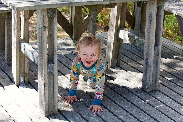 dítě pod stolem